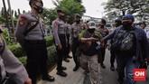 Massa pendukung Rizieq Shihab tetap memadati sekitar Pengadilan Negeri Jakarta Timur meskipun sidang lanjutan hari ini kembali digelar online.