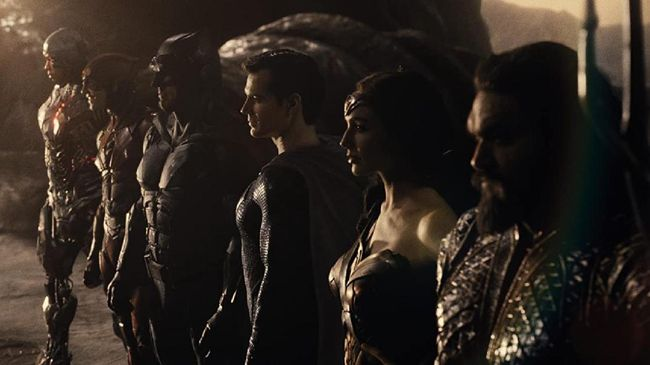 Perbedaan paling kentara film ini terletak penambahan dan pengurangan adegan dari Justice League reguler.