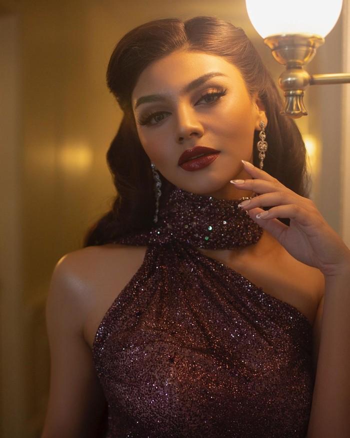 Model asal Semarang, Jihane Almira disebut-sebut mirip Kylie Jenner. Dilihat dari struktur wajah, Jihane memang memiliki tulang pipi tinggi, rahang dan dagu yang tajam, bibir bervolume juga alis tebal seperti Kylie. (Foto:Instagram.com/jihanealmira)