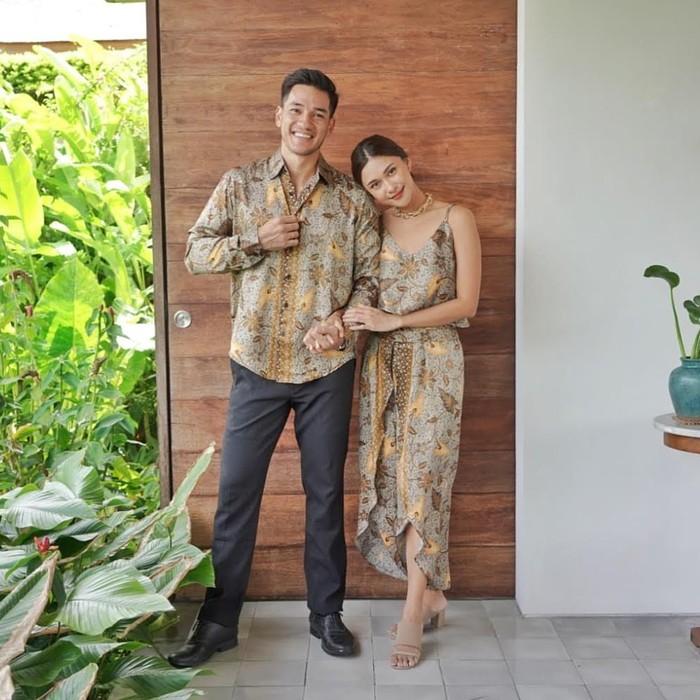 Tak hanya penampilan kasual, Nana Mirdad juga tampak memesona dalam balutan dress formal yang elegan. Salah satunya, saat ia dan suami tampil kompak mengenakan busana batik bernuansa hijau ini. (Foto: instagram.com/nanamirdad_)