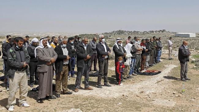 Seorang lelaki Palestina, Atef Yussef Hanaysheh (42), tewas ditembak aparat Israel saat berdemo di Tepi Barat.