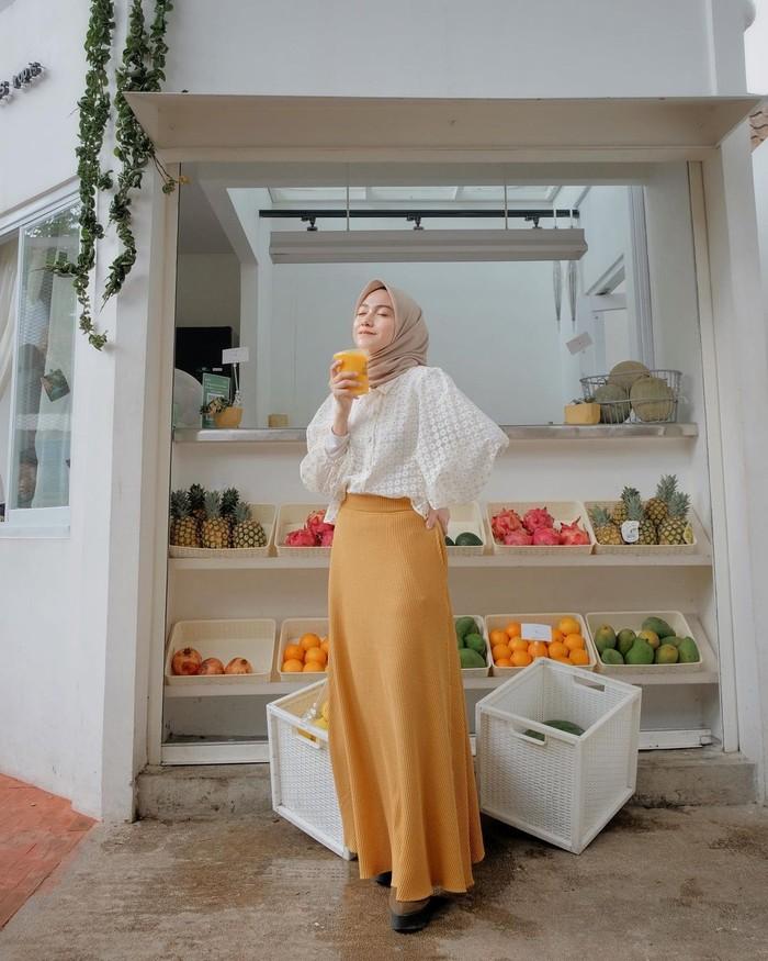 Nisa sendiri adalah selebgram asal Bandung yang sudah memiliki ratusan ribu pengikut di akun media sosial Instagramnya. Ia sering membagikan potret mix and match outfit yang menginspirasi banyak hijabers (Foto: Instagram.com/nisacookie)