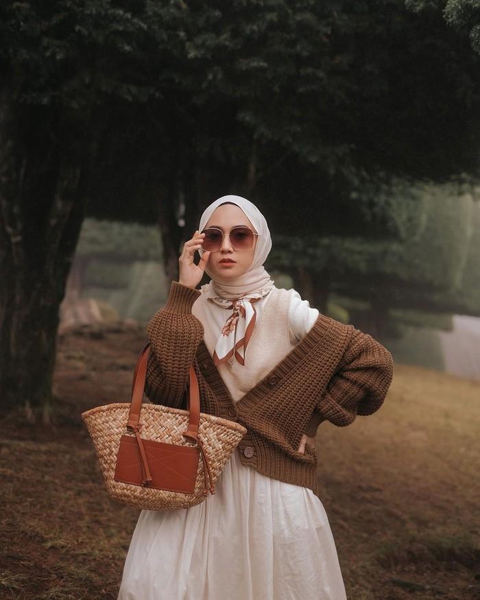Tampilannya selalu terlihat classy karena Nisa sangat lihai memilih padu-padan warna outfit. Warna yang dipilih cenderung warna-warna pastel dan warna dengan tone hangat seperti coklat, beige, mocca dan lain-lain. (Foto: Instagram.com/nisacookie)
