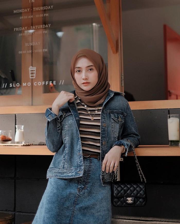 Untuk tampil santai dan casual, Nisa juga tak ragu memakai outfit berbahan denim. Seperti gaya denim on denim dengan inner striped tee ini, chic abis! (Foto: Instagram.com/nisacookie)