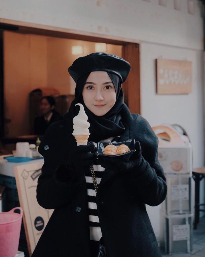 Dilihat dari postingan di akun Instagramnya, pemilik nama asli Khaerunnisa ini juga hoby traveling, Ladies. Banyak tempat yang sudah didatanginya, di dalam maupun luar negeri. (Foto: Instagram.com/nisacookie)