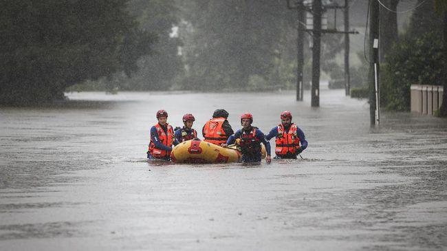 Hujan lebat yang mengguyur pesisir timur Australia sejak akhir pekan lalu menyebabkan banjir terparah sejak 50 tahun terakhir.