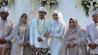 <p>Pernikahan dilangsungkan dengan mengusung adat Sunda dan Nasional. (Foto: Instagram: @ikbalicious_ofc)</p>