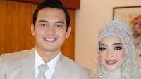 <p>Pemeran Rendy di sinetron <em>Ikatan Cinta</em> itu menggelar akad nikah di Lembang, Bandung, Jawa Barat pada Minggu (21/3). Ia menikahi seorang wanita cantik bernama Novia Giana Nurjanah. (Foto: Instagram @luckyhakim9)</p>