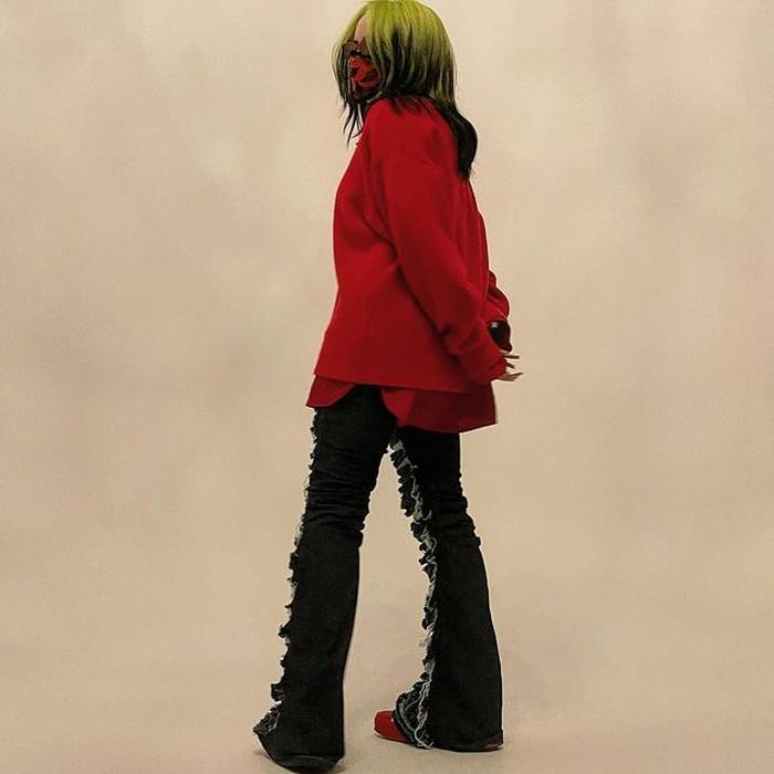 Billie Eilish terlihat memesona dengan jeans robek yang menutupi lantai. Musisi seolah menghidupkan kembali kehidupan baru ke dalam tren tahun 90-an dan memadupadankan dengan sepatu kets dari merek ternama, Dior. (foto: instagram.com/billieeilish)