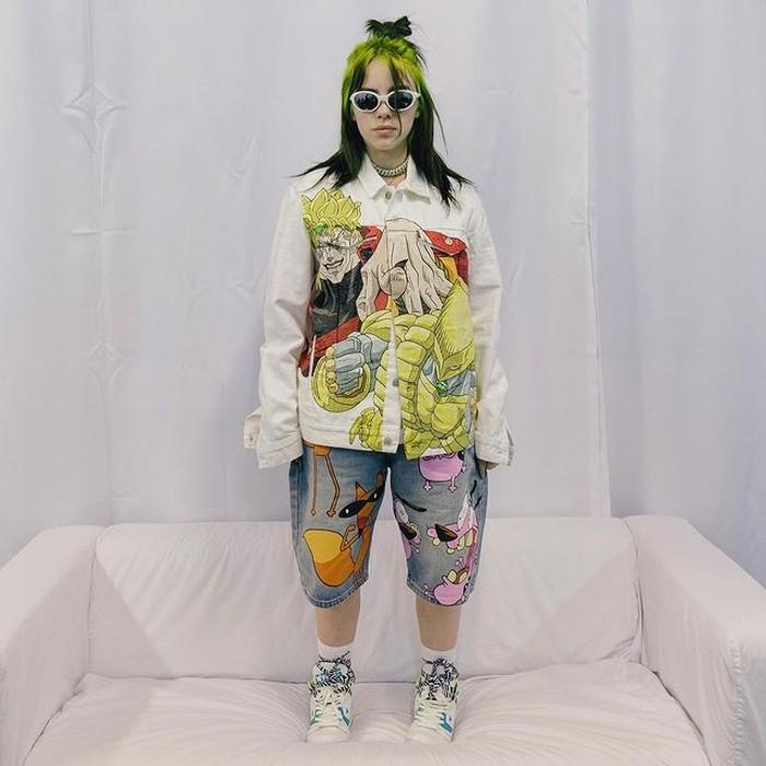 Mengenakan jaket karakter anime dan celana pendek jeansnya menggambarkan salah satu tokoh kartun ternama membuat penampilan Billie Eilish begitu eye catchy. Tak lupa, ia juga mengenakan sun glasses ciri khasnya. (foto: instagram.com/billieeilish)