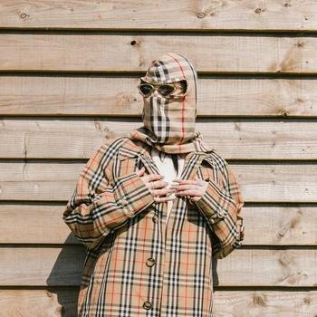 Tampaknya Burberry menjadi salah satu merek favorit Billie Eilish. Kali ini, dirinya memakai hiasan kepala yang dibuat agar serasi dengan jaketnya. (foto: instagram.com/billieeilish)