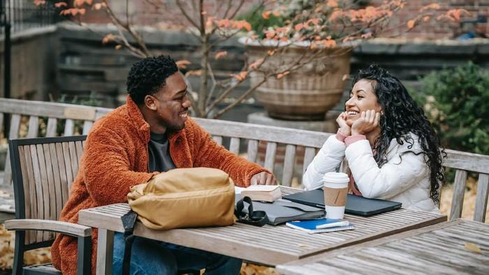 Bingung karena Garing? 5 Tips Ini Bikin Kamu Gak Kehilangan Bahan Obrolan