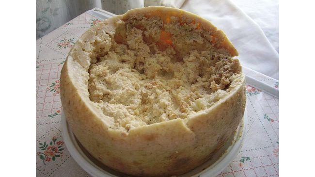 Pulau Sardinia di Italia menghasilkan keju yang paling berbahaya di dunia versi Guinness World Record, casu marzu.