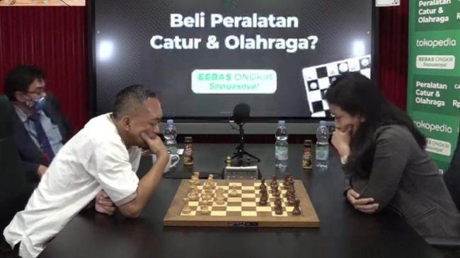 Dadang Subur alias Dewa Kipas mengalami kekalahan telak dari Woman Grandmaster (WGM) Irene Kharisma Sukandar dalam dwitarung yang berlangsung Senin (22/3).