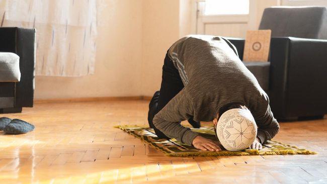Ketika membawa alat salat sendiri ke masjid, Anda sebaiknya mencuci perlengkaoan salat itu secara rutin.