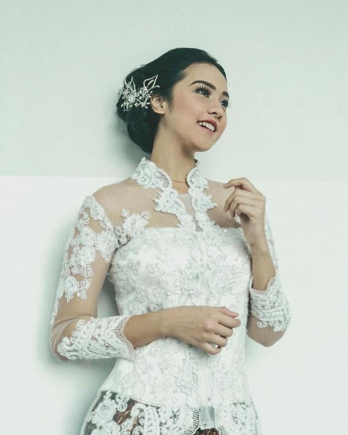 Tak hanya kebaya berwarna, Anya juga pernah memakai kebaya brokat putih yang dipasangkan dengan kain batik. Rambutnya yang disanggul diberi sentuhan aksesoris berwarna gold semakin memancarkan kecantikan khas Indonesia. (Foto:Instagram.com/anyageraldine)