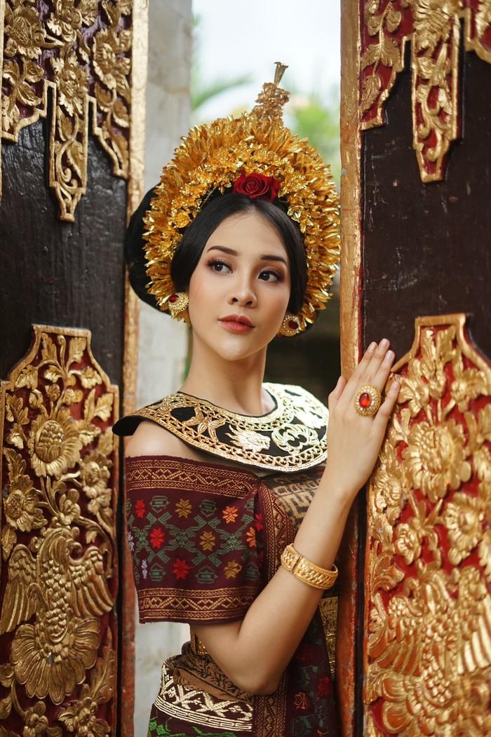 Selain kebaya biasa, Anya juga mencoba busana pengantin Bali yang disebut Payas Agung. Di dominasi dengan warna coklat serta sentuhan corak kain tenun khas Bali, Anya terlihat sangat elegan dan memesona. Lengkap dengan aksesoris cincin, anting, dan gelang untuk mempercantik penampilan. (Foto:Instagram.com/anyageraldine)