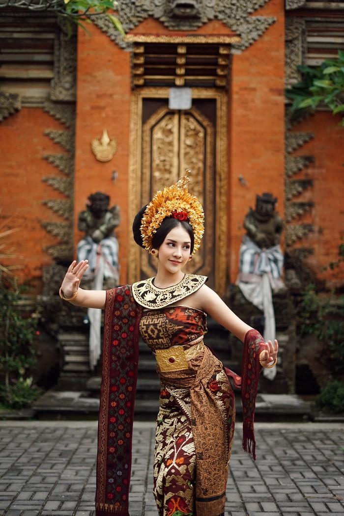 Seakan ingin tampil lebih sempurna, Anya juga berpose layaknya seorang penari Bali. Sambil mengenakan selendang ditambah dengan hiasan kepala bernuansa gold, dirinya tampil seperti seorang putri Bali. (Foto:Instagram.com/anyageraldine)