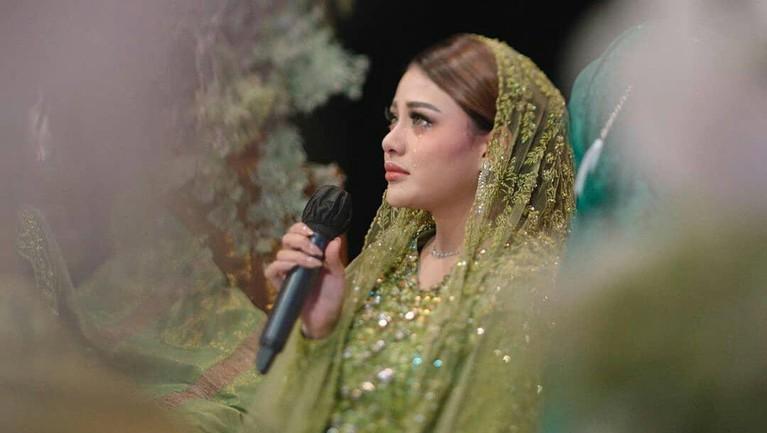 Berikut adalah momen haru pengajian Aurel menuju pernikahannya dengan Atta Halilintar.