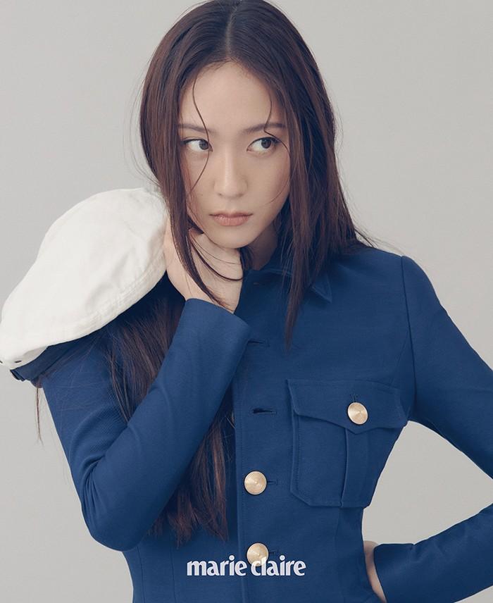 Dengan menggunakan jaket marine berkancing emas, Krystal memancarkan pesonanya sebagai ice princess. (Foto: marieclairekorea.com)