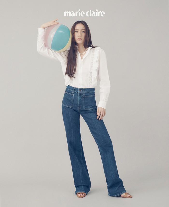 Perpaduan vintage poplin blouse dengan aksen renda dan washed denim ini membuat tampilan Krystal lebih playful dan santai, ditambah lagi dengan properti bola yang ia gunakan. (Foto: marieclairekorea.com)