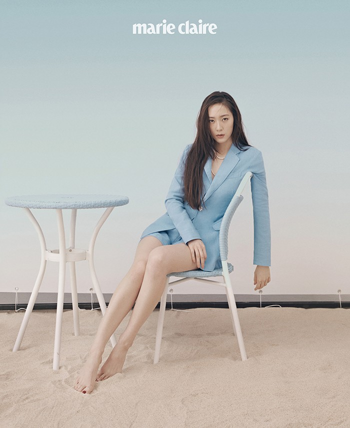 Krystal juga tampil elegan dengan perpaduan blazer linen dan shorts berwarna senada. Dalam interviewnya, idol kelahiran 94 ini mengaku tidak begitu suka dandan berlebihan dan lebih menyukai tampilan klasik dan sederhana. (Foto: marieclairekorea.com)