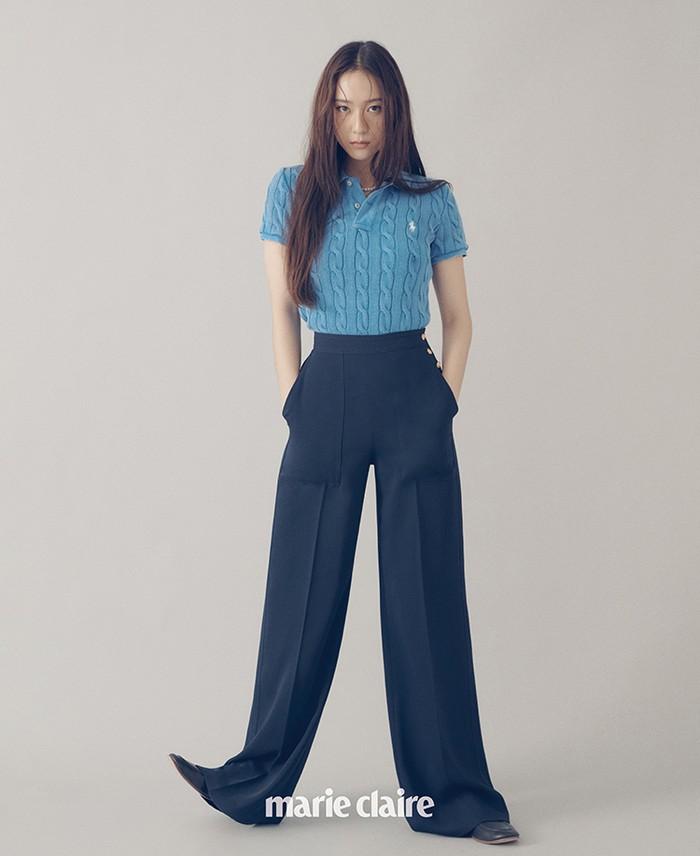 Krystal terlihat sedikit boyish dengan tampilan klasik berupa perpaduan knit pullover dan wide pants. Look yang sesuai dengan preferensi Krystal sendiri. (Foto: marieclairekorea.com)