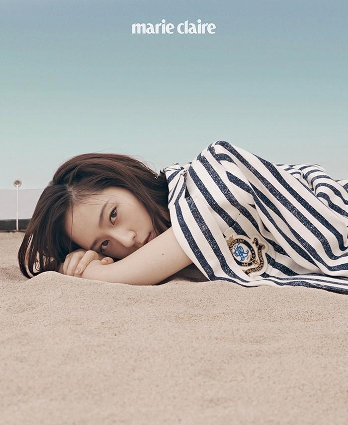 Dalam pose terakhirnya, Krystal terlihat mengenakan blazer putih bergaris berwarna navy dan berpose tidur di atas pasir dengan memandang lurus ke arah kamera. (Foto: marieclairekorea.com)