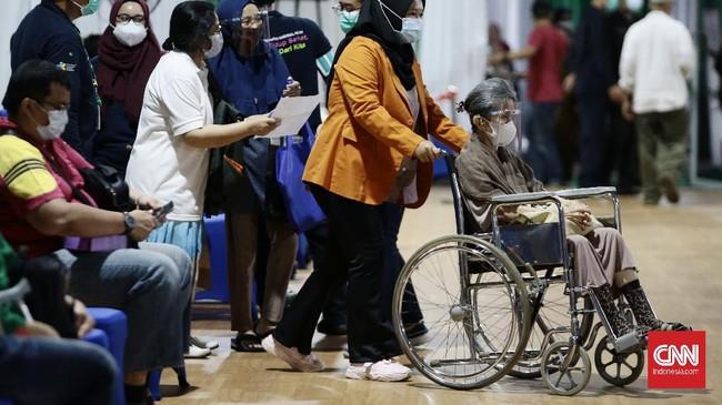 Antrean vaksinasi untuk lansia tak pernah sepi. Begitupun vaksinasi Covid-19 yang digelar di Balai Besar Pelatihan Kesehatan (BBPK) Jakarta Kampus Hang Jebat.