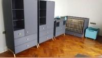 <p>Ruang bayi Zaskia dan Irwansyah banyak menggunakan nuansa warna abu-abu kebiruan untuk perlengkapan bayi. Sementara itu, lantai kamar terbuat dari kayu berwarna cokelat. (Foto: Instagram @zaskiasungkar15)</p>