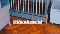 <p>Satu per satu perlengkapan bayi sudah ada di dalam kamar, salah satuya box atau tempat tidur bayi. (Foto: Instagram @theobebeid)</p>