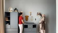 <p>Zaskia dan Irwansyah mendekorasi sendiri kamar bayinya tanpa bantuan desainer interior. Keduanya mencari ide dari browsing di internet lho. (Foto: Instagram @zaskiasungkar15)</p>