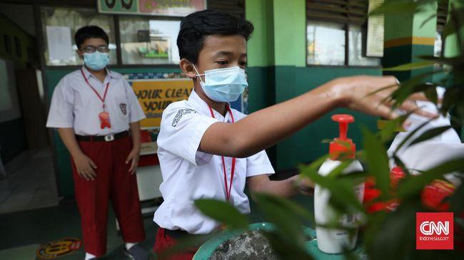 Epidemiolog meminta pemerintah harus sangat hati-hati dalam merealisasikan kebijakan sekolah tatap muka di tengah pandemi Covid-19.
