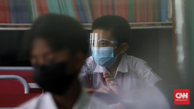 Wali Kota Surabaya Eri Cahyadi telah melakukan uji coba pelaksanaan belajar tatap muka di SMPN 1 sebelum sekolah dibuka pada Juli mendatang.