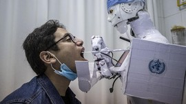 FOTO: Ilmuwan Mesir Bikin Robot Swab Test Covid-19