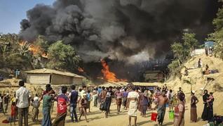 FOTO: Amuk Si Jago Merah di Kamp Rohingya