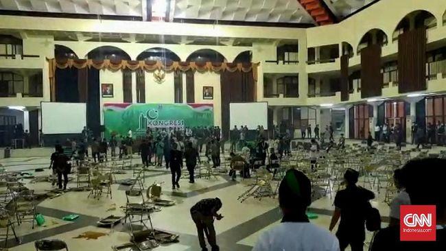 Kongres HMI di Surabaya berujung ricuh usai sejumlah kader mengamuk dengan membanting kursi hingga memecahkan kaca.