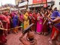 FOTO: Lathmar Holi, 'Tawur Pelangi' di India Kala Pandemi