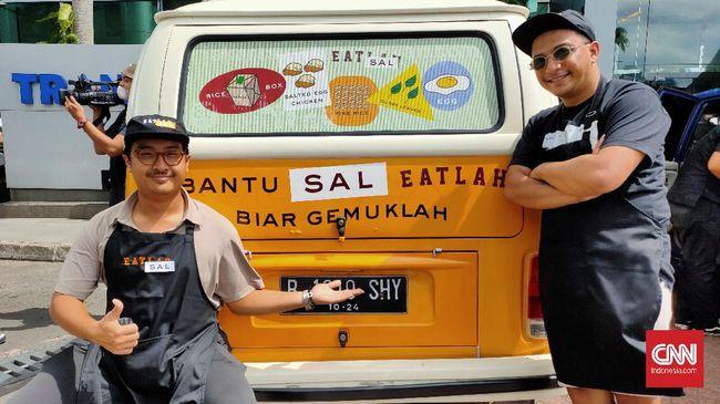 Berawal dari tantangan diet, Sal Priadi dan Iyas Lawrence membuat program membagikan makanan gratis.
