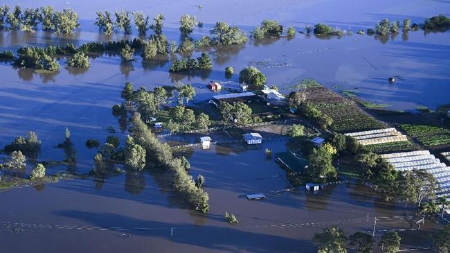 Ribuan warga Australia masih terjebak di rumahnya yang terendam banjir, air tak kunjung surut.