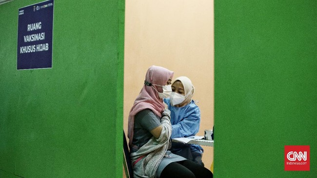 Vaksinasi Covid-19 massal digelar di salah satu pusat perbelanjaan di Kota Depok, Jawa Barat. Vaksinasi menyasar mulai dari pedagang hingga pengendara ojol.