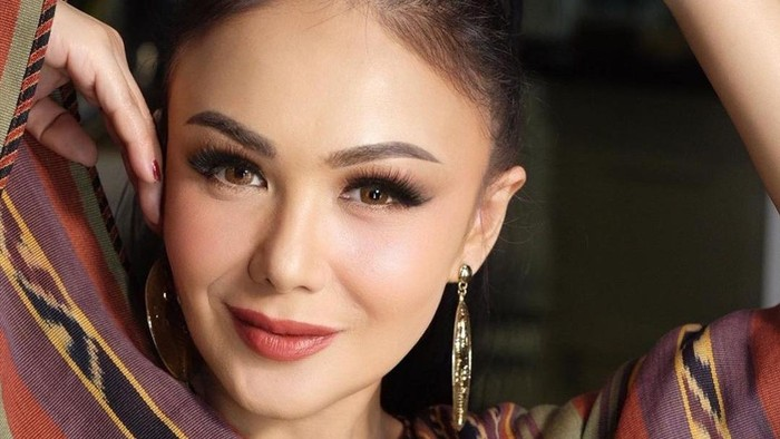 7 Tips Makeup Yuni Shara Biar Kelihatan Awet Muda