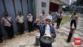 Sejumlah demonstran menggelar aksi teatrikal di depan Kedutaan Besar China di Jakarta mendesak penghentian kekerasan terhadap etnis Muslim Uighur di Xinjiang.