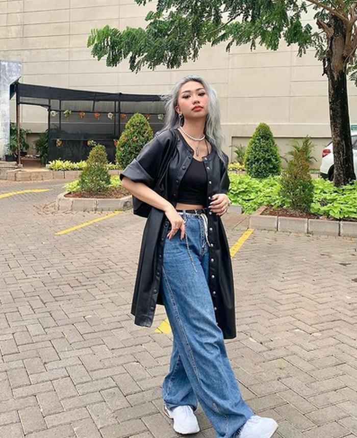 Kali ini, Dillah memilih menggunakan kemeja hitam sebagai outernya. Ia memadukannya dengan wide leg jeans, sneakers serta chains yang menjadi ciri khas streetstyle. (instagram.com/dillaprb)