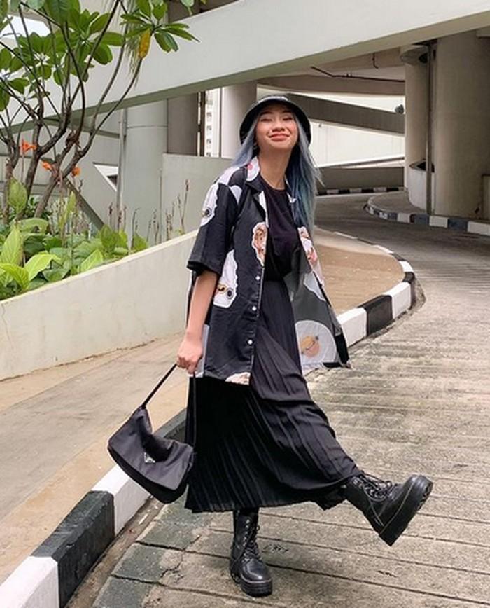 Warna hitam tampaknya merupakan warna favorit Dillah. Di sini, ia tampil dengan all-black outfit yang bikin dia kelihatan keren banget! (foto: instagram.com/dillaprb)