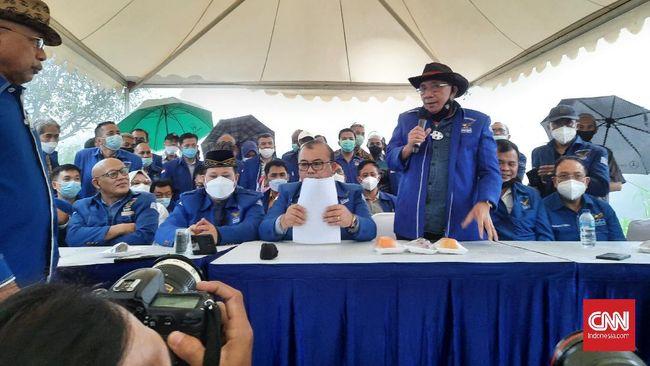 Max Sopacua baru saja hendak membuka sesi konferensi pers Partai Demokrat kubu Moeldoko ketika petir menggelegar di tengah guyuran hujan deras di Hambalang.