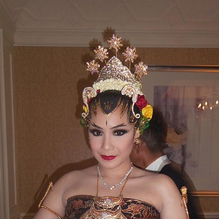 Nagita Slavina terlihat menawan dengan polesan makeup adat Jawa yang khas. Alis bercabang layaknya tanduk rusa serta eye makeup nuansa smoke memberikan kesan lebih memikat. Tidak lupa, lipstik merah menjadi penyempurnanya. (Foto: instagram.com/rans.1702)