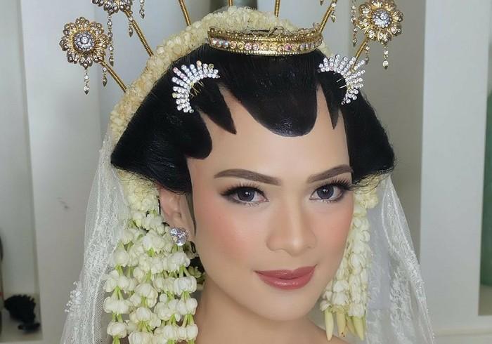 Mesty Ariotedjo memilih makeup flawless untuk adat Jawa yang dikenakannya. Eye makeup yang ringan berpadu dengan lipstik dan blush on soft color. Semuanya membaur dengan sempurna dan menghasilkan makeup paripurna. (Foto: instagram.com/jasminelishava)