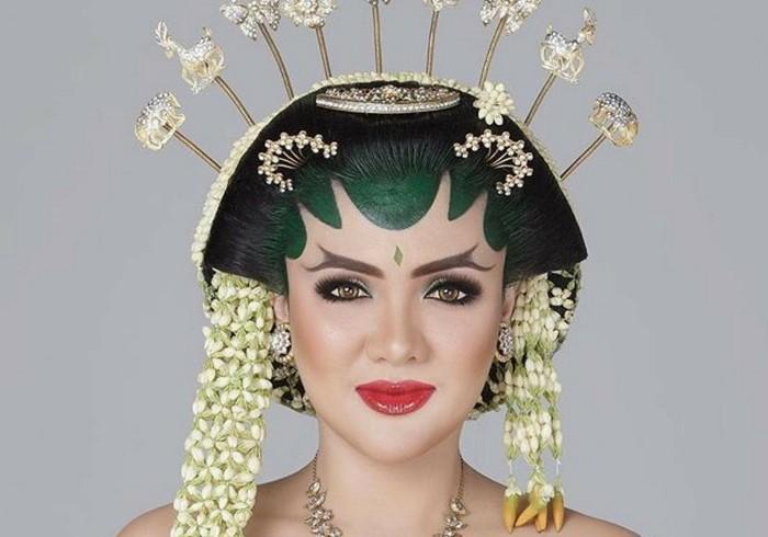 Vicky Shu tampil dengan makeup bold saat memakai buasana adat Jawa di hari pernikahan. Alis tebal bercabang, eye makeup yang terkesan smoke serta pulasan lipstik merah glossy memberikan nuasan tegas dan begitu on point. (Foto: instagram.com/bennusorumba)