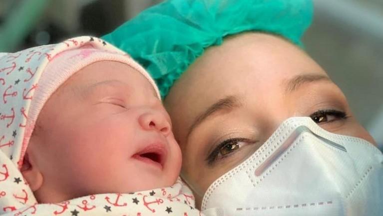 Kabar bahagia datang dari pasangan Randy Pangalila dan Chelsey Frank yang baru saja melahirkan anak pertama. Berikut momen harunya!